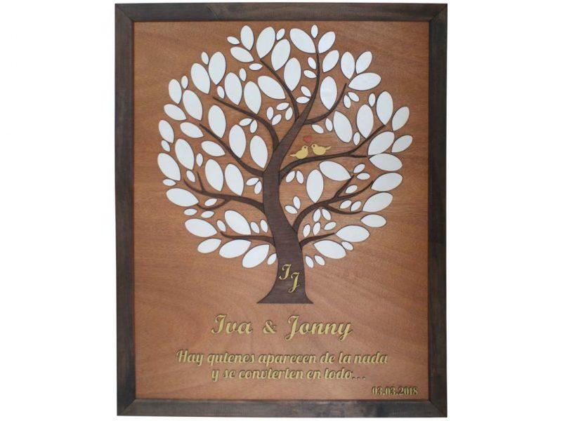 Cuadro para firmas y mensajes de boda modelo Yuri con lienzo en madera tono cristobal y marco nogal. detalles decorativos en dorado y blanco. Incrustación de iniciales en el tronco.